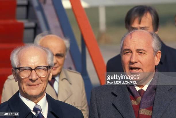 Mikhaïl Gorbatchev et le leader estallemand Erich Honecker lors des cérémonies commémorant le 40e anniversaire de la République démocratique...