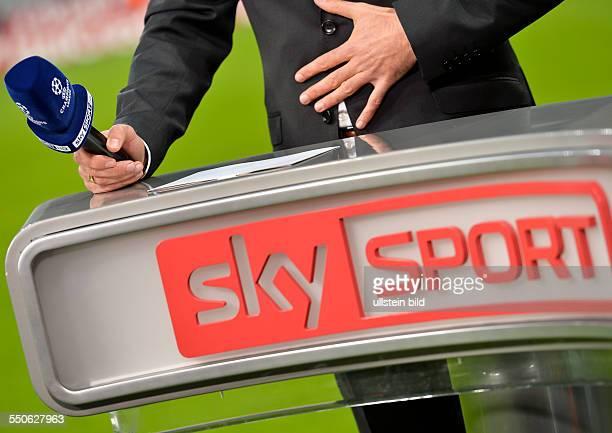 Mikrofon mit sky sport logo waehrend dem 1 Spieltag der Gruppe D UEFA Champions League FC Bayern Muenchen gegen ZSK Moskau in der Allianz Arena am 17...