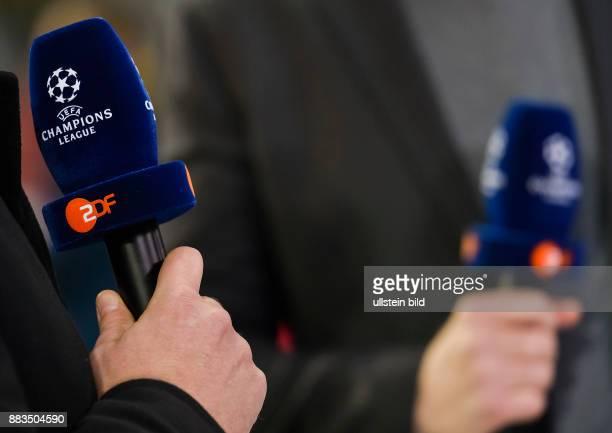 Mikrofon mit UEFA Champions League Logo und ZDF Schriftzug waehrend dem Fussball UEFA Champions League 1/8 Final Spiel Bayern Muenchen gegen FC...