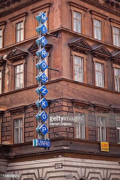 mikroszkop neon sign on building on andrassy ut. - merten snijders imagens e fotografias de stock