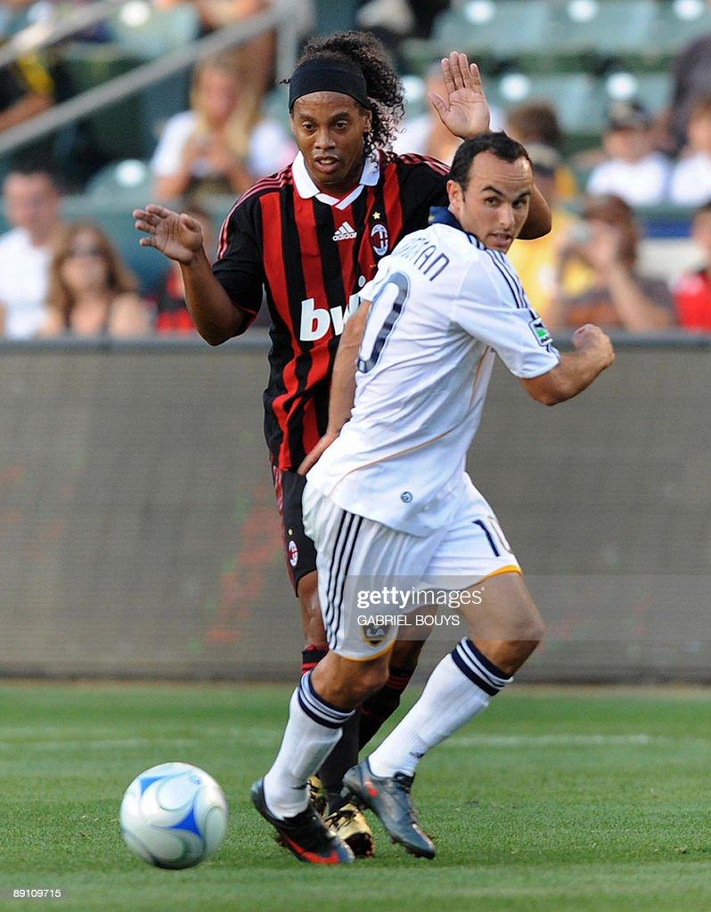 Milan AC Ronaldinho from Brazil (L) figh : News Photo