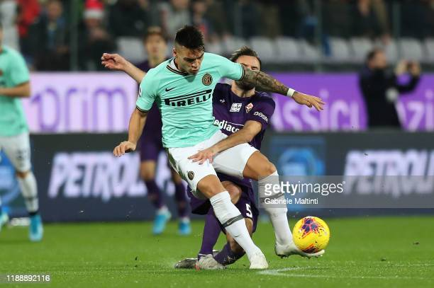Milan Badelj of ACF Fiorentina battles for the ball with Lautaro Martinez of FC Internazionale during the Serie A match between ACF Fiorentina and FC...