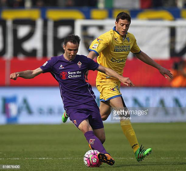 Milan Badelj of ACF Fiorentina competes for the ball with Matteo Ciofani of Frosinone Calcio during the Serie A match between Frosinone Calcio and...