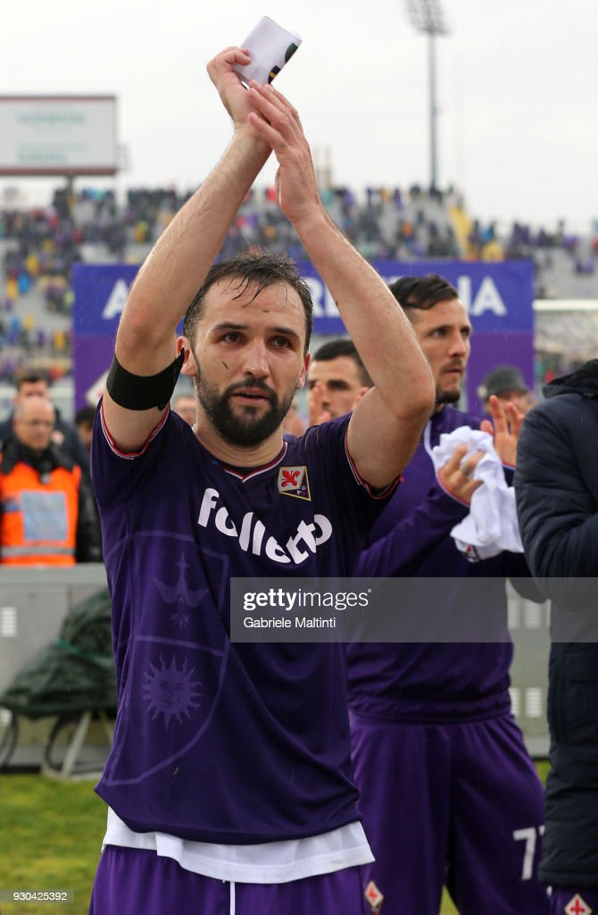Milan Badelj of ACF Fiorentina shows the captain's armband to the fans during the serie A match between ACF Fiorentina and Benevento Calcio at Stadio Artemio Franchi on March 11, 2018 in Florence, Italy.