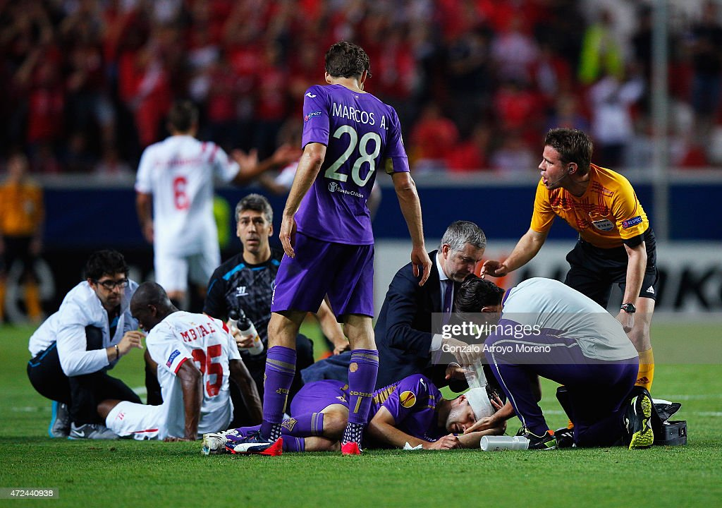 Milan Badelj of Fiorentina has his head bandaged after colliding with Stephane Mbia of Sevilla during the UEFA Europa League Semi Final first leg match between FC Sevilla and ACF Fiorentina at Estadio Ramon Sanchez Pizjuan on May 7, 2015 in Seville, Spain.