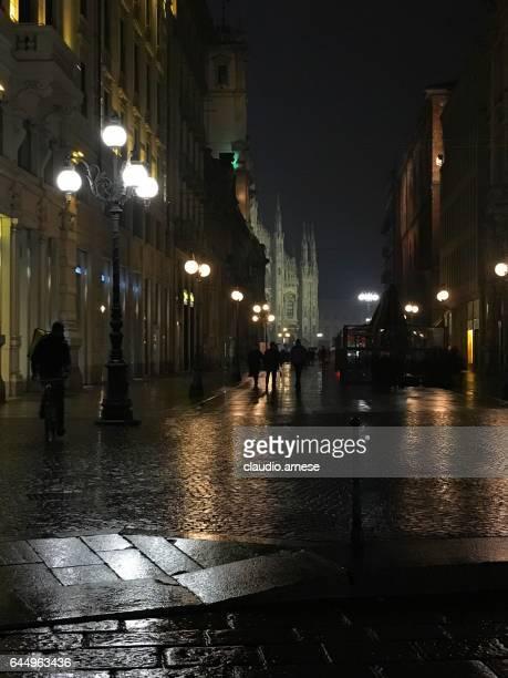 milano da notte - piazza del duomo milano foto e immagini stock