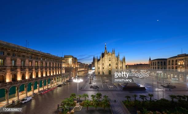 duomo di milano e piazza del duomo all'alba, milano, italia - cattedrale foto e immagini stock