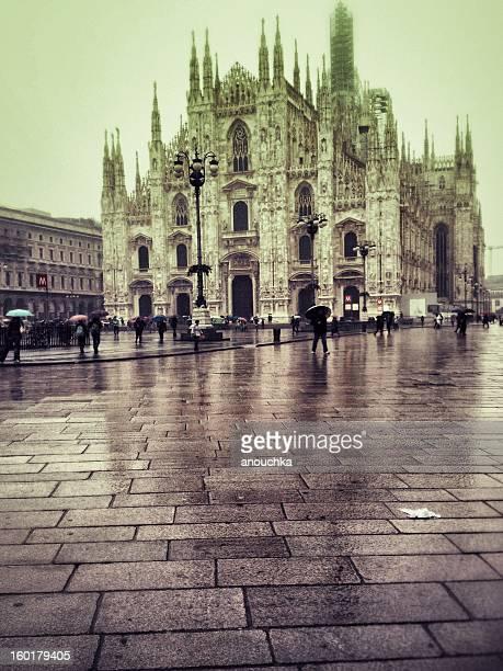 cattedrale di milano sotto la pioggia, italia - piazza del duomo milano foto e immagini stock