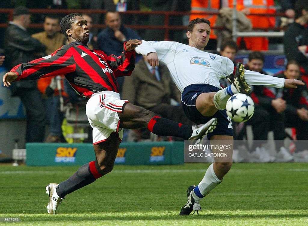 AC Milan Clarence Seedorf (L) vies with Fabrizio Ficini (R) of Empoli during their Italian Serie A football match at Empoli's stadium 10 April 2004. AFP PHOTO/Carlo BARONCINI