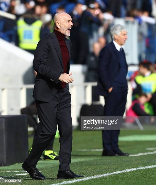 Milan coach Stefano Pioli shouts to his players during the Serie A match between Atalanta BC and AC Milan at Gewiss Stadium on December 22 2019 in...