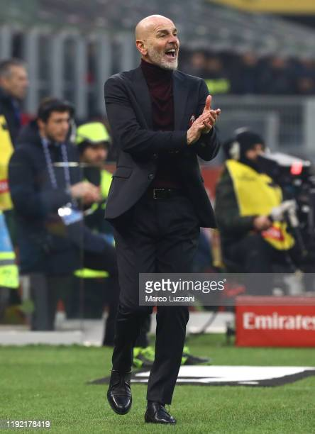 Milan coach Stefano Pioli shouts to his players during the Serie A match between AC Milan and UC Sampdoria at Stadio Giuseppe Meazza on January 6...