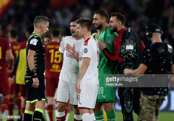Milan goalkkeper Gianluigi Donnarumma with his teammates protest against the referee Daniele Orsato after the Serie A match between AS Roma and AC...