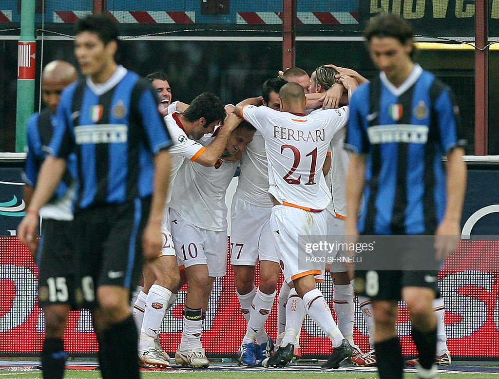 Roma's forward Francesco Totti (C) is congratulated by his teammates after scoring a goal as Inter Milan's forwards Julio Cruz (L) and Zlatan Ibrahimovic (R) react during their italian serie A football match at San Siro stadium in Milan, 18 April 2007. Francesco Totti fired a late double to hand champions-in-waiting Inter Milan their first defeat of the season in the match which was supposed to signal their Serie A title celebrations. AFP PHOTO / Paco SERINELLI