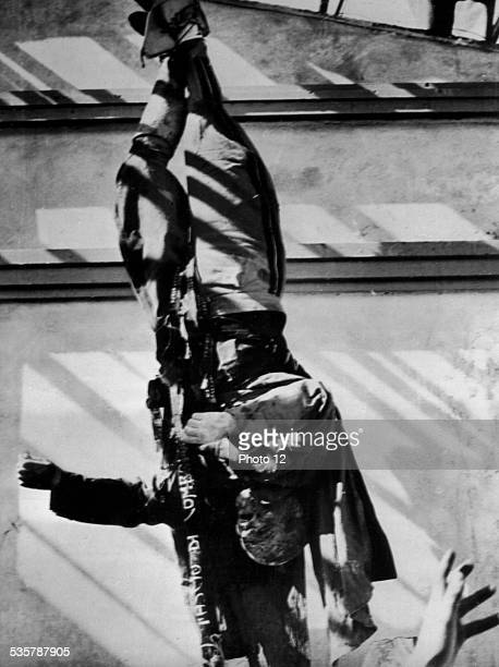 Milan. Mussolini hanging by his heels in Piazza Loretto, April 28 Italy, London - Imperial War Museum, .