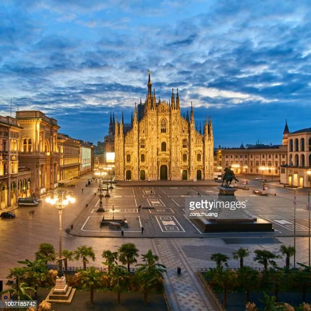 milan piazza del duomo at dawn, italy - cattedrale foto e immagini stock