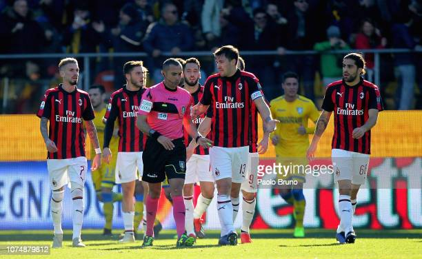 Milan players protest as the referee Marco Guida disallows a goal during the Serie A match between Frosinone Calcio and AC Milan at Stadio Benito...