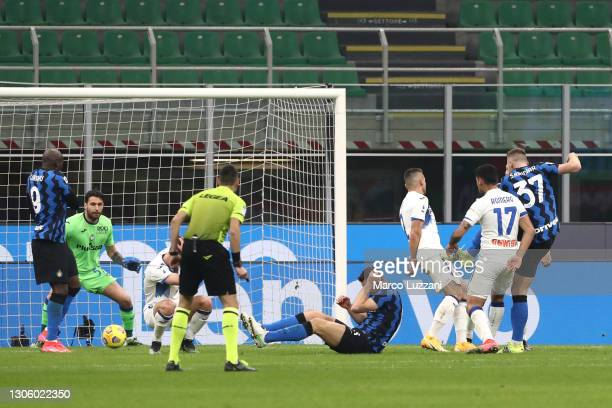 Milan Skriniar of FC Internazionale scores their side's first goal during the Serie A match between FC Internazionale and Atalanta BC at Stadio...