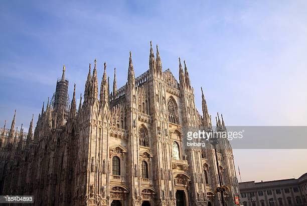 milano (italia) e la cattedrale - cattedrale foto e immagini stock