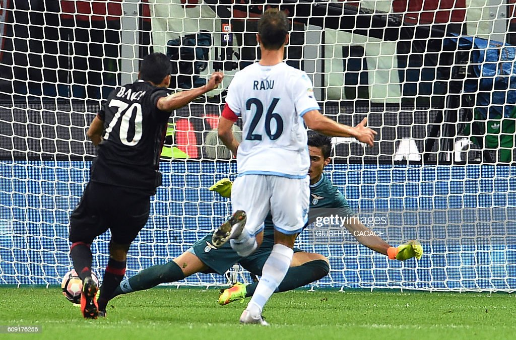 AC Milan's Colombian forward Carlos Bacca (L) kicks and scores a goal during the Italian Serie A football match between AC Milan and SS Lazio at the San Siro Stadium in Milan, on September 20, 2016. / AFP / GIUSEPPE
