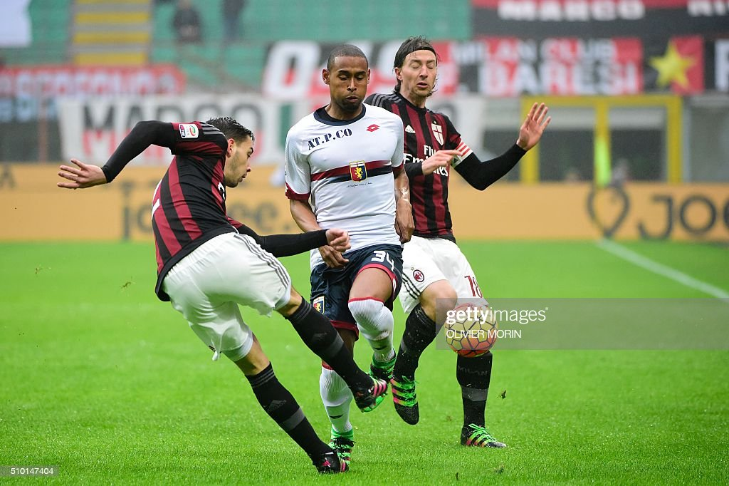 AC Milan's defender from Italy Mattia De Sciglio (L) fights for the ball with Genoa's defender from Brazil Gabriel Silva (C) during the Italian Serie A football match AC Milan vs Genoa on February 14, 2016 at the San Siro Stadium stadium in Milan. / AFP / OLIVIER