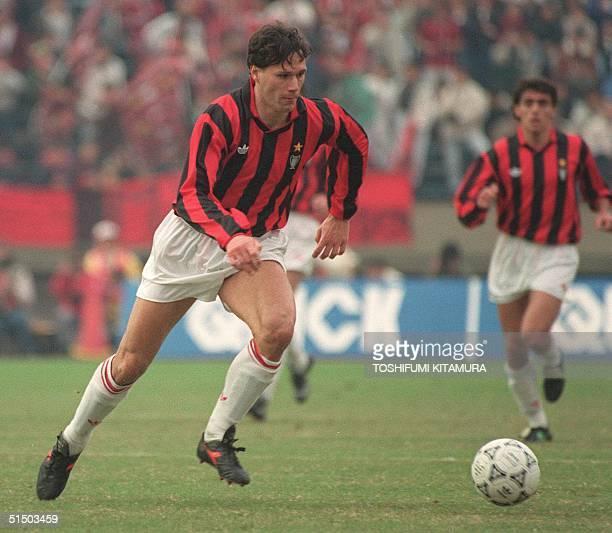 Milan's Dutch forward Marco Van Basten dribbles upfield 09 December 1990 in Tokyo during the Toyota Cup final between the European champion Milan and...