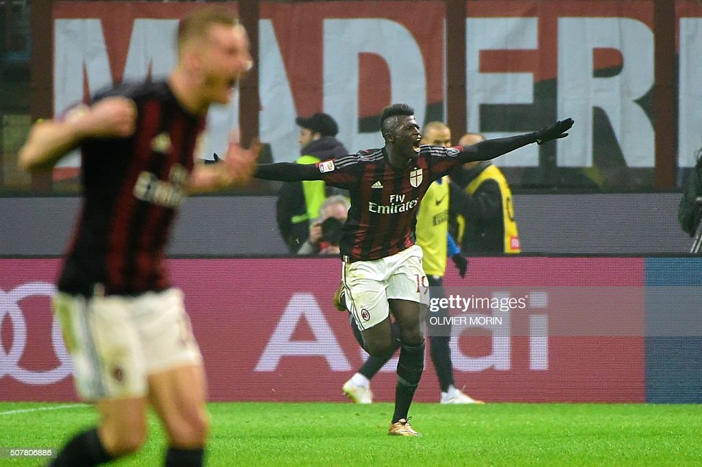 AC Milan's French forward Mbaye Niang celebrates with teammates after scoring during the Italian Serie A football match between AC Milan and Inter Milan at San Siro Stadium in Milan on January 31, 2016. / AFP / OLIVIER