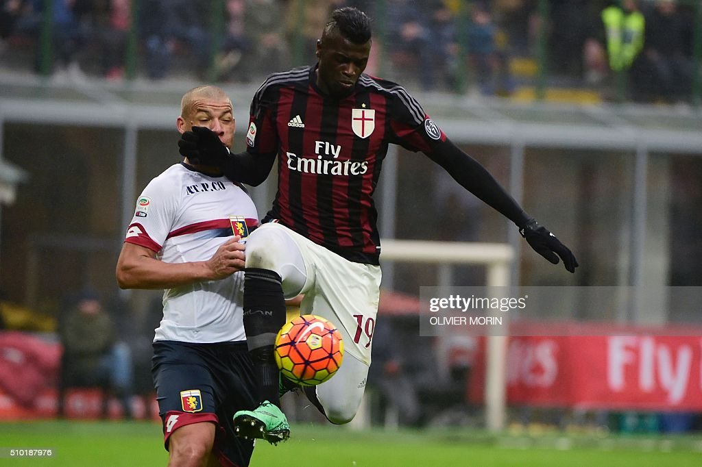 AC Milan's French forward Mbaye Niang (R) vies with Genoa's French defender Sebastian De Maio during the Italian Serie A football match AC Milan vs Genoa on February 14, 2016 at the San Siro Stadium stadium in Milan. / AFP / OLIVIER