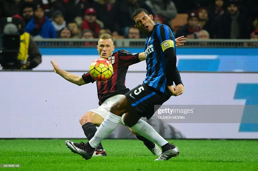 AC Milan's Italian defender Ignazio Abate (L) vies for the ball with Inter Milan's Brazilian defender Juan Jesus during the Italian Serie A football match between AC Milan and Inter Milan at San Siro Stadium stadium in Milan on January 31, 2016. / AFP / OLIVIER