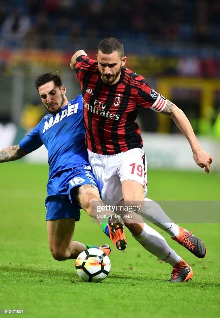 AC Milan's Italian defender Leonardo Bonucci (R) vies with Sassuolo's Italian forward Matteo Politano during the Italian Serie A football match between AC Milan and Sassuolo at the San Siro stadium in Milan on April 8, 2018. /