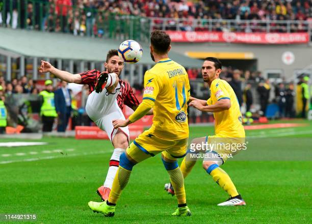 AC Milan's Italian forward Fabio Borini vies with Frosinone's Italian midfielder Francesco Zampano during the Italian Serie A football match AC Milan...