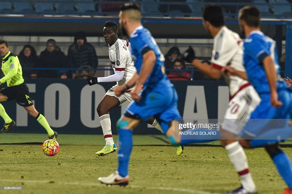 AC Milan's Italian forward Mario Balotelli (2nd L) controls the ball against Empoli's players during the Italian Serie A football match between Empoli and AC Milan, on January 23, 2016 at the Carlo Castellani stadium in Empoli. / AFP / ANDREAS