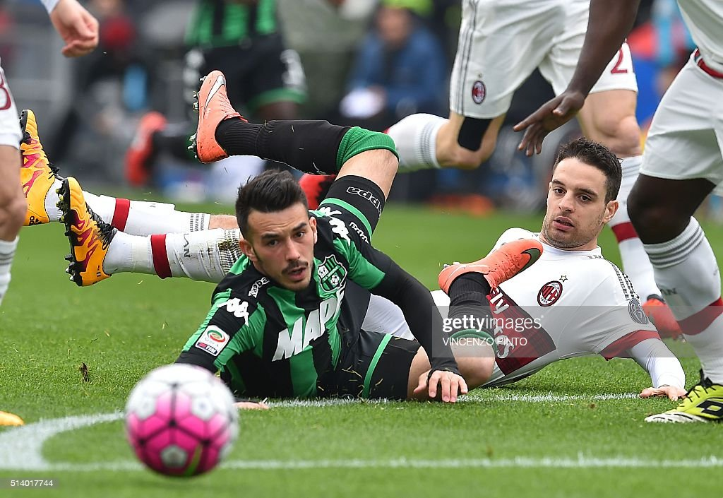 AC Milan's Italian midfielder Giacomo Bonaventura (R) and Sassuolo's Italian forward Nicola Sansone fall to the ground during the Serie A football match between Sassuolo and AC Milan at Mapei stadium in Reggio Emilia on March 6, 2016. / AFP / VINCENZO