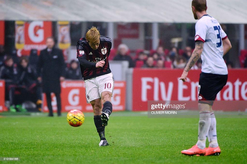 AC Milan's Japanese midfielder Keisuke Honda (L) kicks the ball to score during the Italian Serie A football match AC Milan vs Inter Milan on February 14, 2016 at the San Siro Stadium stadium in Milan. / AFP / OLIVIER