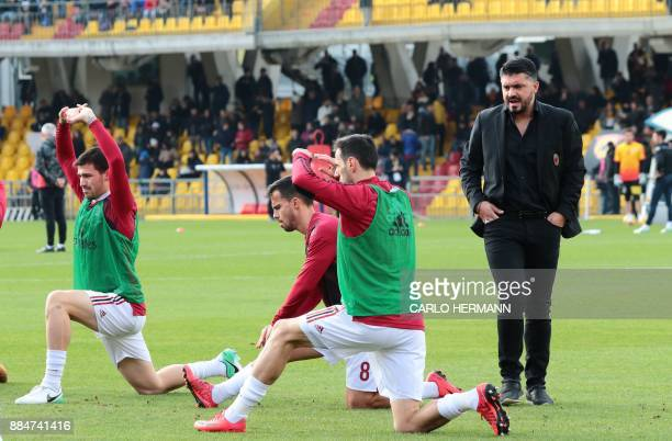 AC Milan's new coach Gennaro Gattuso speaks to players before the Italian Serie A football match Benevento Calcio vs AC Milan on December 3 2017 at...