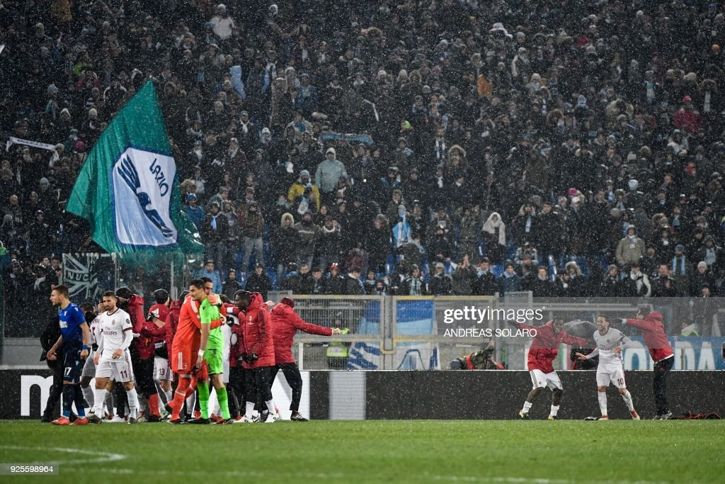 AC Milan's players celebrate at the end of the Italian Tim Cup semi-final football match between Lazio and Milan at The 'Olympic' Stadium in Rome on February 28, 2018. / AFP PHOTO / Andreas SOLARO