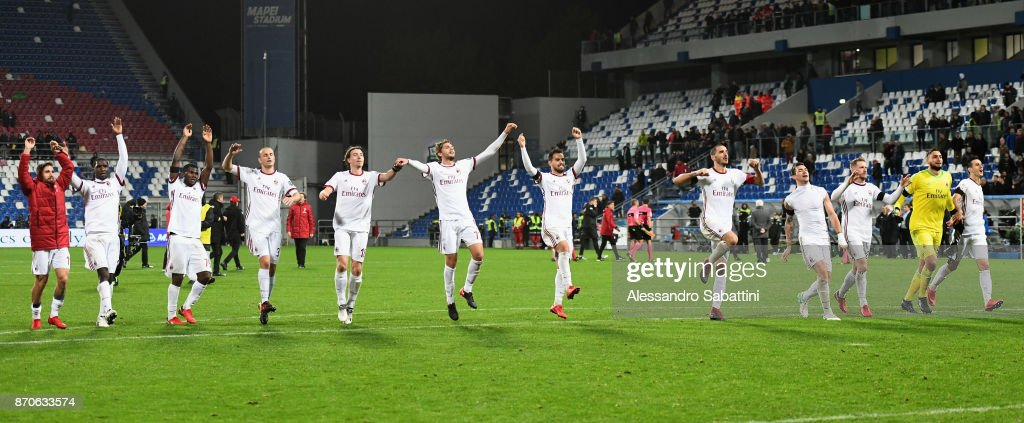 Milan's players celebrate the victory at the end during the Serie A match between US Sassuolo and AC Milan at Mapei Stadium - Citta' del Tricolore on November 5, 2017 in Reggio nell'Emilia, Italy.