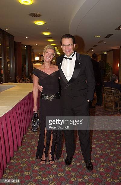 """Milena Preradovic, Ehemann Matthias Schönwandt, ;""""Unesco-Benefiz-Gala"""", """"Kinder in Not"""", Neuss, """"Swissotel Neuss"""", Ballsaal, Tischgespräch,"""