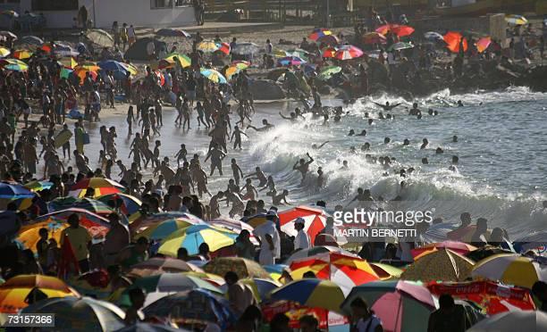 Miles de banistas disfrutan del mar en el balneario de El Quisco 130 km al este de Santiago el 30 de enero de 2007 La actividad turistica en Chile se...
