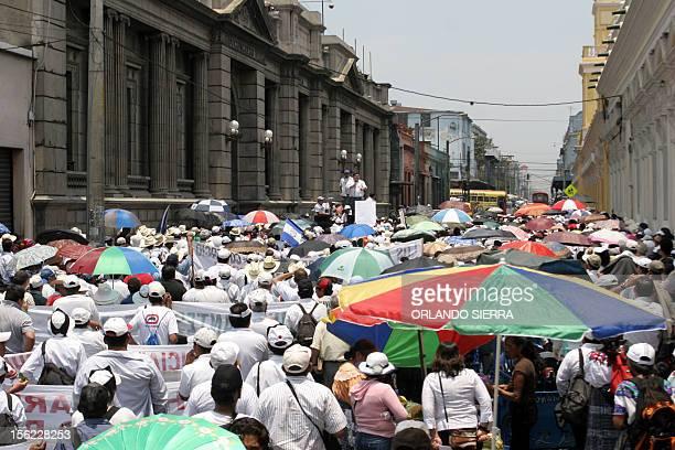 Miles de cuentahabientes del desaparecido Banco del Comercio exigen la devolucion de su dinero frente al Congreso en Ciudad de Guatemala el 12 de...