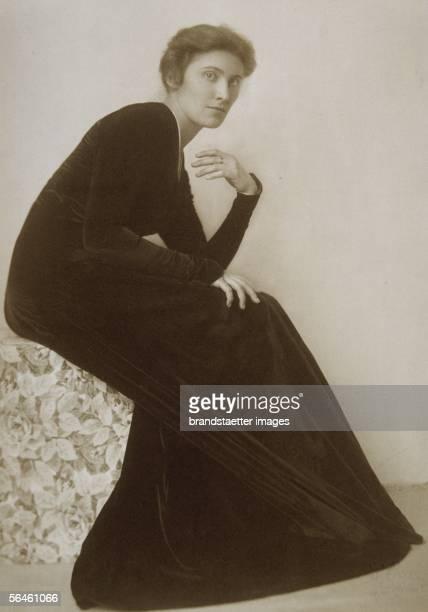 Mileva Roller in a Reform dress Photography Vienna Around 1910 [Mileva Roller in einem Reformkleid Photographie Wien Um 1910]