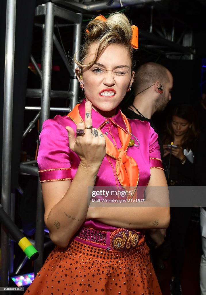 Miley Cyrus poses backstage during the 2017 MTV Video Music Awards at The Forum on August 27, 2017 in Inglewood, California.