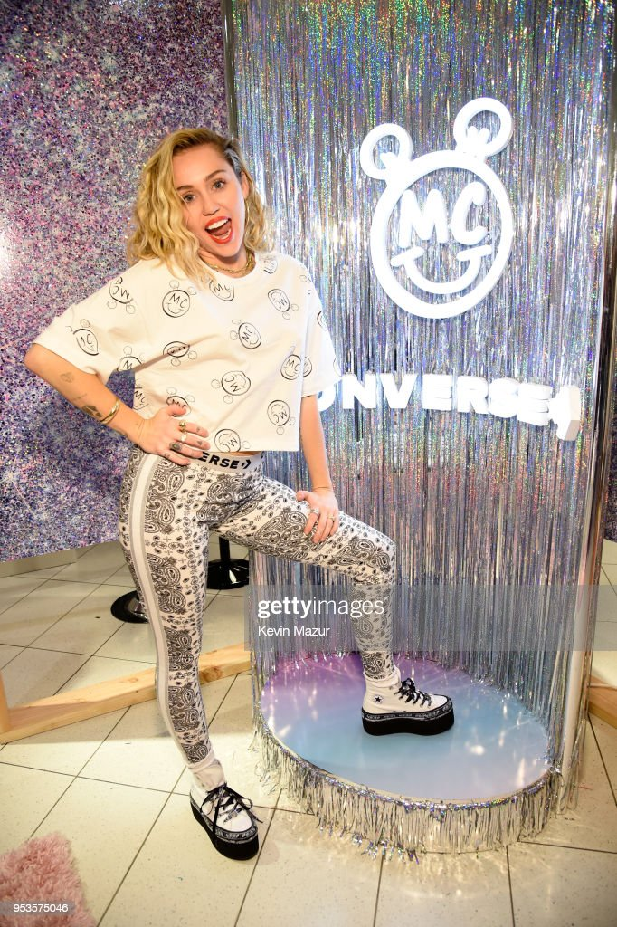 Miley Cyrus Surprises Fans at Nordstrom The Grove to Celebrate Converse X Miley Cyrus Pop-Up Shop : ニュース写真