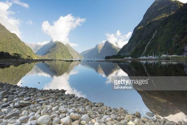 milford reflexion 3 - südinsel von neuseeland stock-fotos und bilder