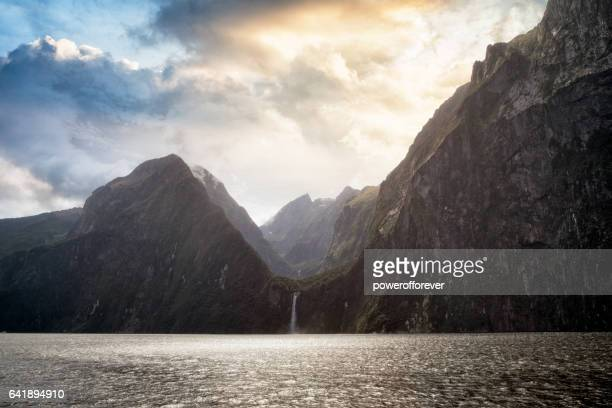 milford sound at sunset in fiordland national park, new zealand - south island new zealand stock pictures, royalty-free photos & images