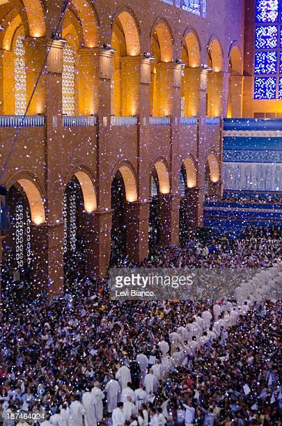 Milhares de fiéis vão ao Santuário de Nossa Senhora Aparecida para acompanhar as celebrações do Dia da Padroeira do Brasil. Thousands of believers go...