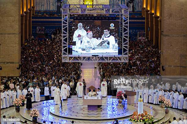 Milhares de fiéis vão ao Santuário de Nossa Senhora Aparecida para acompanhar as celebrações do Dia da Padroeira do Brasil. | Thousands of believers...