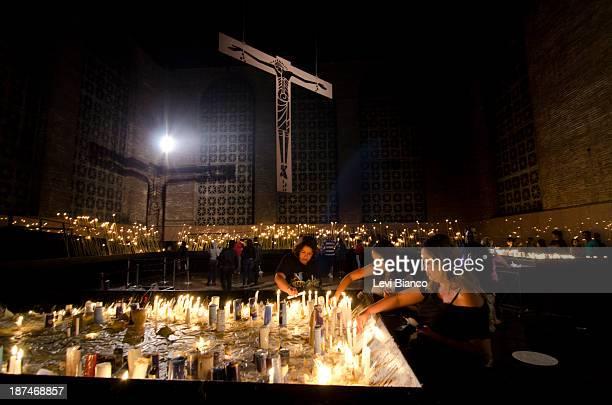 Milhares de fiéis vão ao Santuário de Nossa Senhora Aparecida para acompanhar as celebrações do Dia da Padroeira do Brasil.   Thousands of believers...