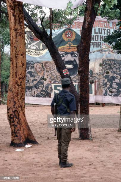 Miliciens de l'UNITA devant une bannière à l'effigie de Jonas Savimbi en février 1985 en Angola
