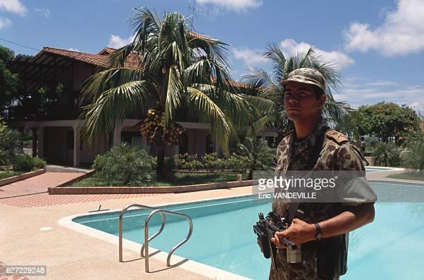 Militaire dans une propriété appartenant au narcotrafiquant Gonzalo Rodriguez Gacha surnommé 'Le Mexicain' l'un des chefs du cartel de Medellin...