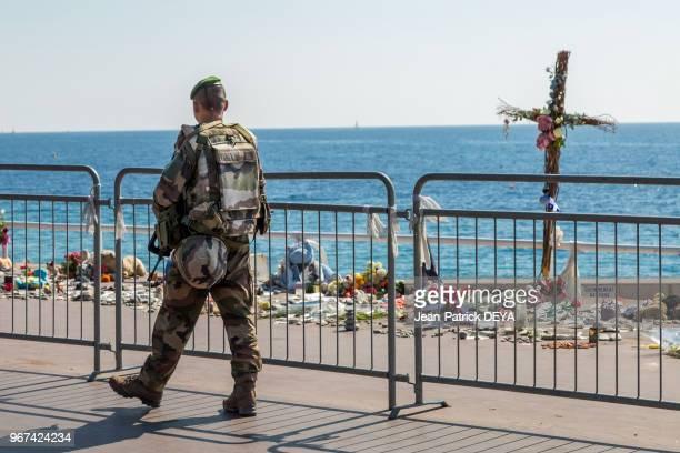 Militaire plan Vigipirate et fleurs en hommages aux victimes de lattentat du 14 Juillet 2016 sur la Promenade des anglais 28 septembre 2016 Nice...